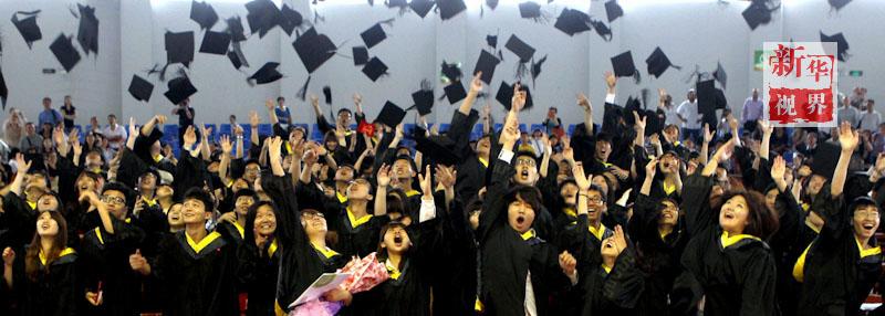 毕业欢呼的学生彩色简笔画图片