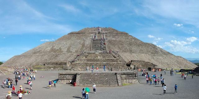 从月亮金字塔塔顶俯瞰