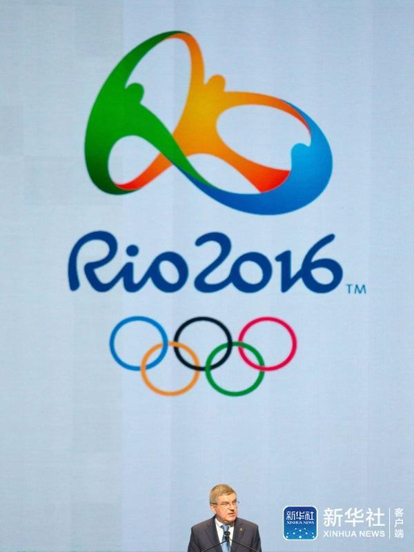 托马斯·巴赫在里约奥运会会徽和五环标志下发表讲话图片