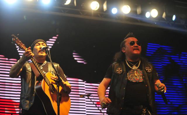 5月8日,杭盖乐队主唱胡日查(右)与主唱兼吉他手义拉拉塔在现场表演.