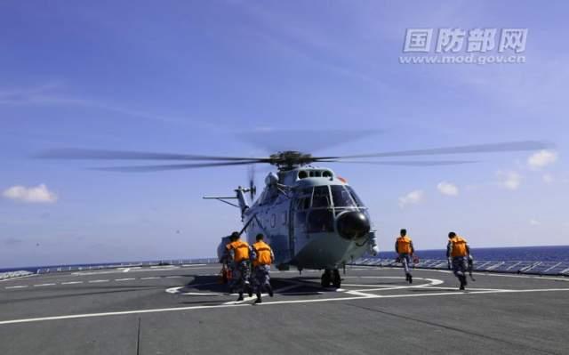 舰艇航行中直升机着舰训练在南海某海域展开
