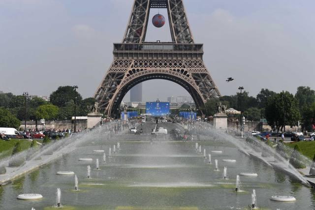 法国巴黎埃菲尔铁塔上悬挂着一个巨型足球