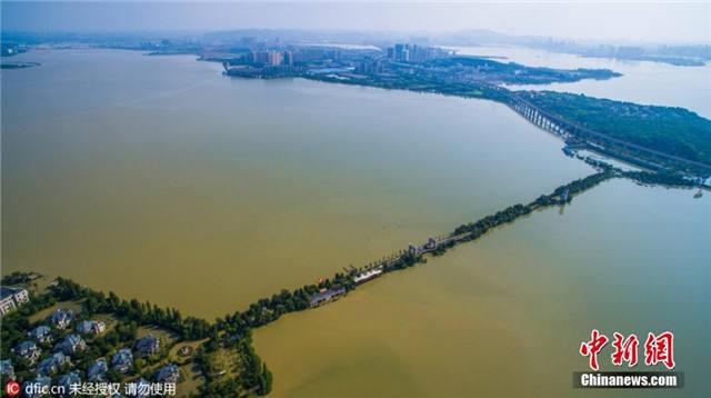 """航拍武汉别墅区被洪水围困成""""孤岛"""""""