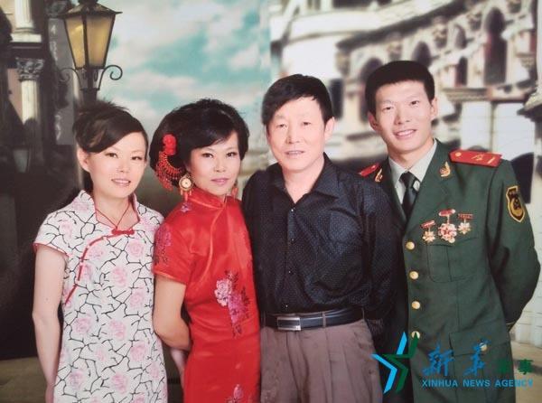 2012年8月,张楠与全家人共同拍摄写真,纪念父母结婚30周年.