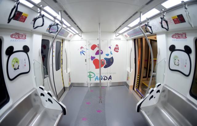 熊猫主题地铁列车亮相成都