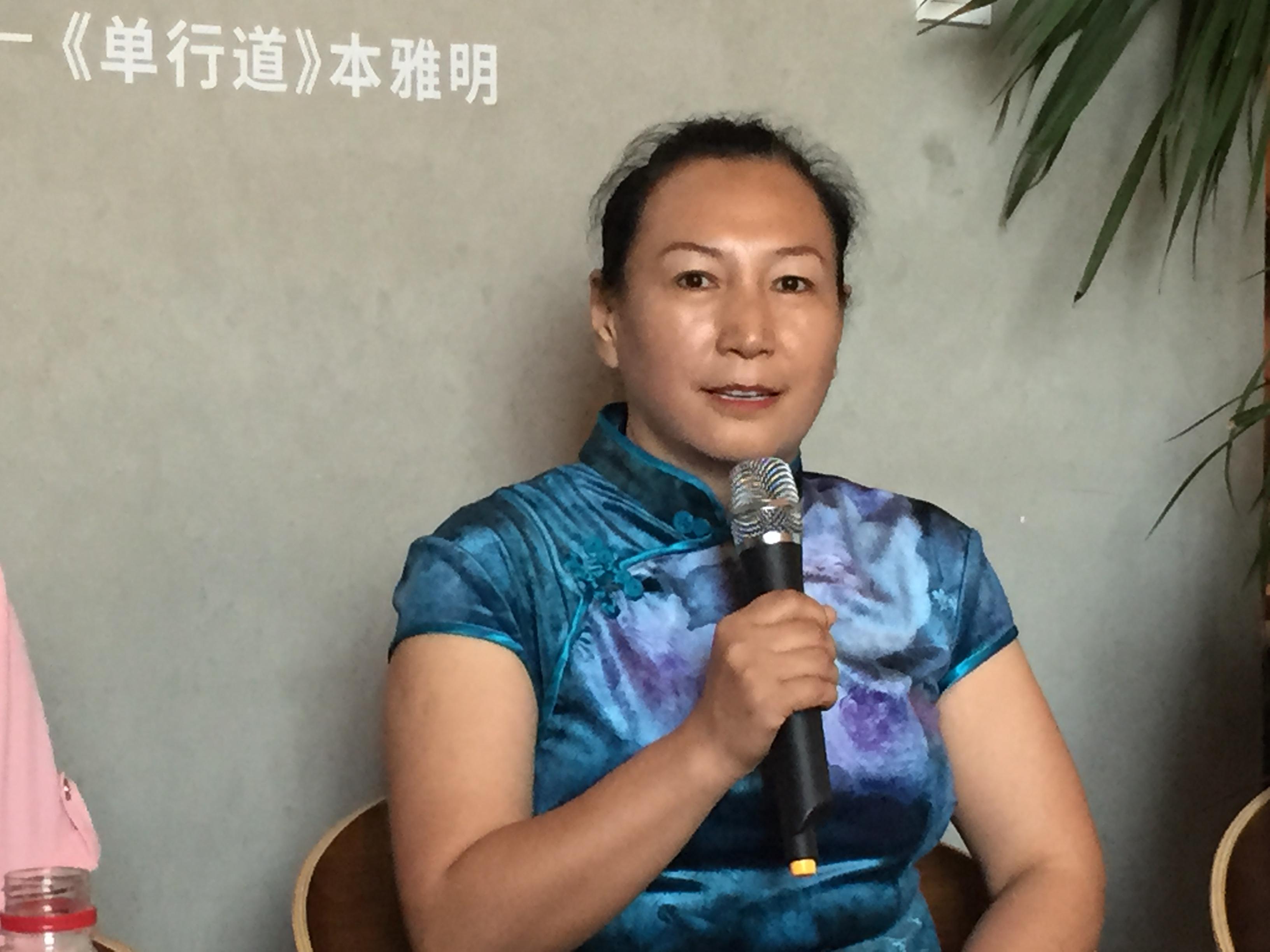 家政女工安翠萍在北京《怒放的地丁花---家政工口述史》分享会上,讲述自己的故事。新华社记者屈婷 摄