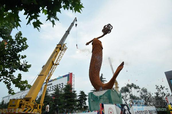 郑州街头现大鱼雕塑 高22米重22吨
