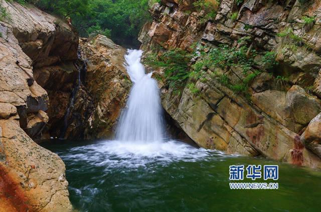 盛夏雨季,天津蓟县八仙山风景区水量充沛,溪水潺潺,瀑布飞溅,空气清新