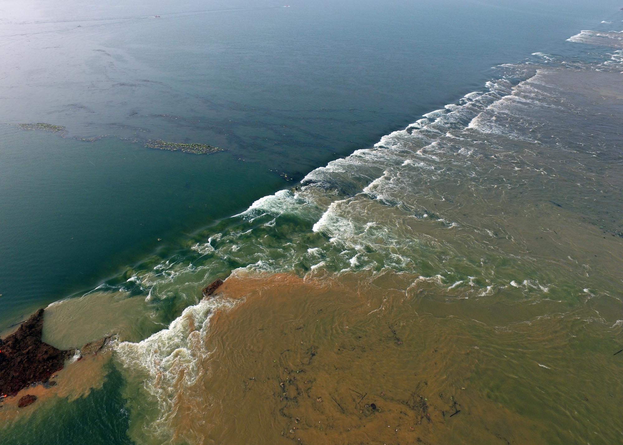 7月14日,破垸分洪后,湖水漫过梁子湖和牛山湖隔堤。新华社记者 程敏 摄