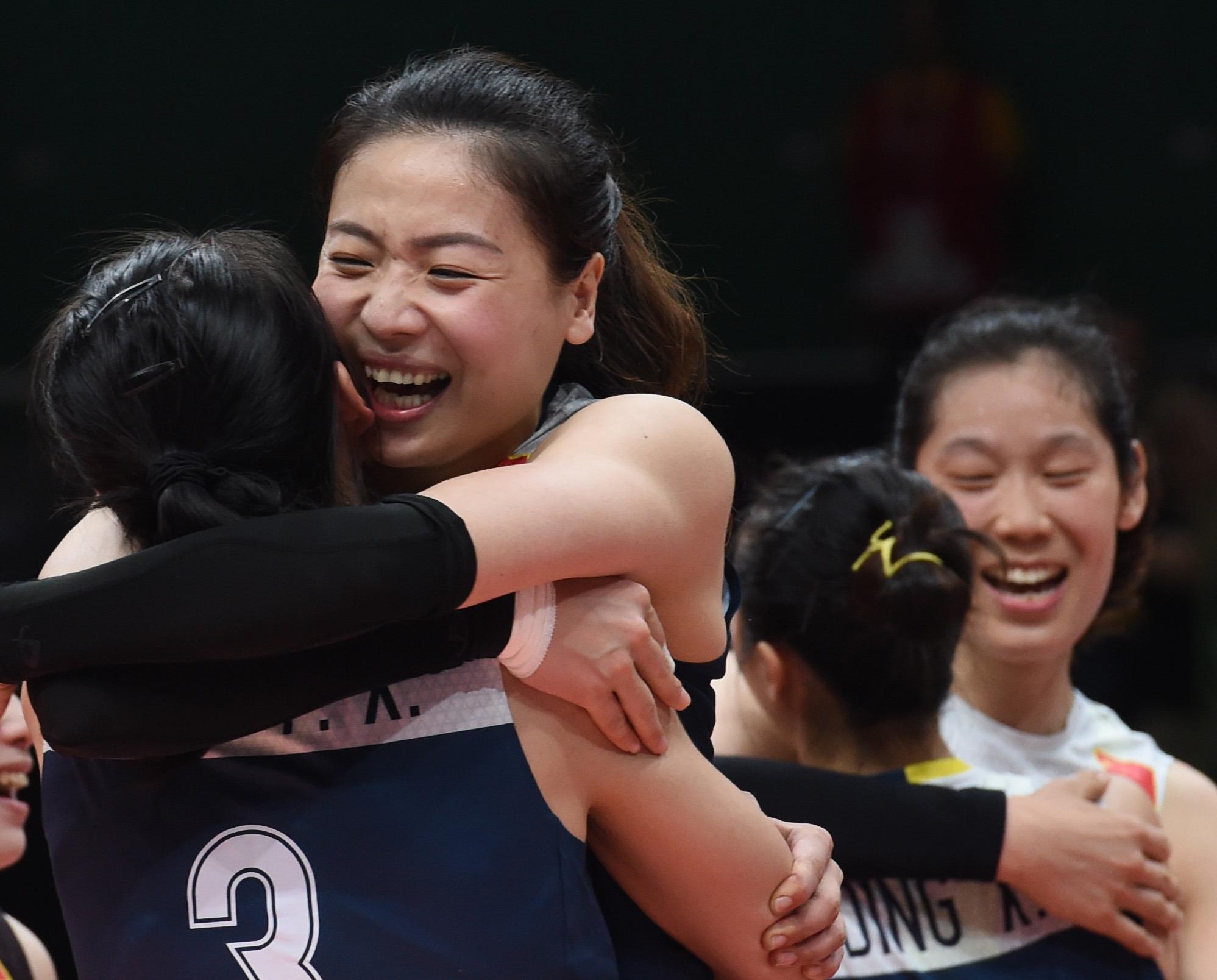中国队球员魏秋月(左二)在赛后和队友庆祝胜利。 当日,在2016年里约奥运会女子排球四分之一决赛中,中国队以3比2战胜巴西队,晋级四强。 新华社记者岳月伟摄