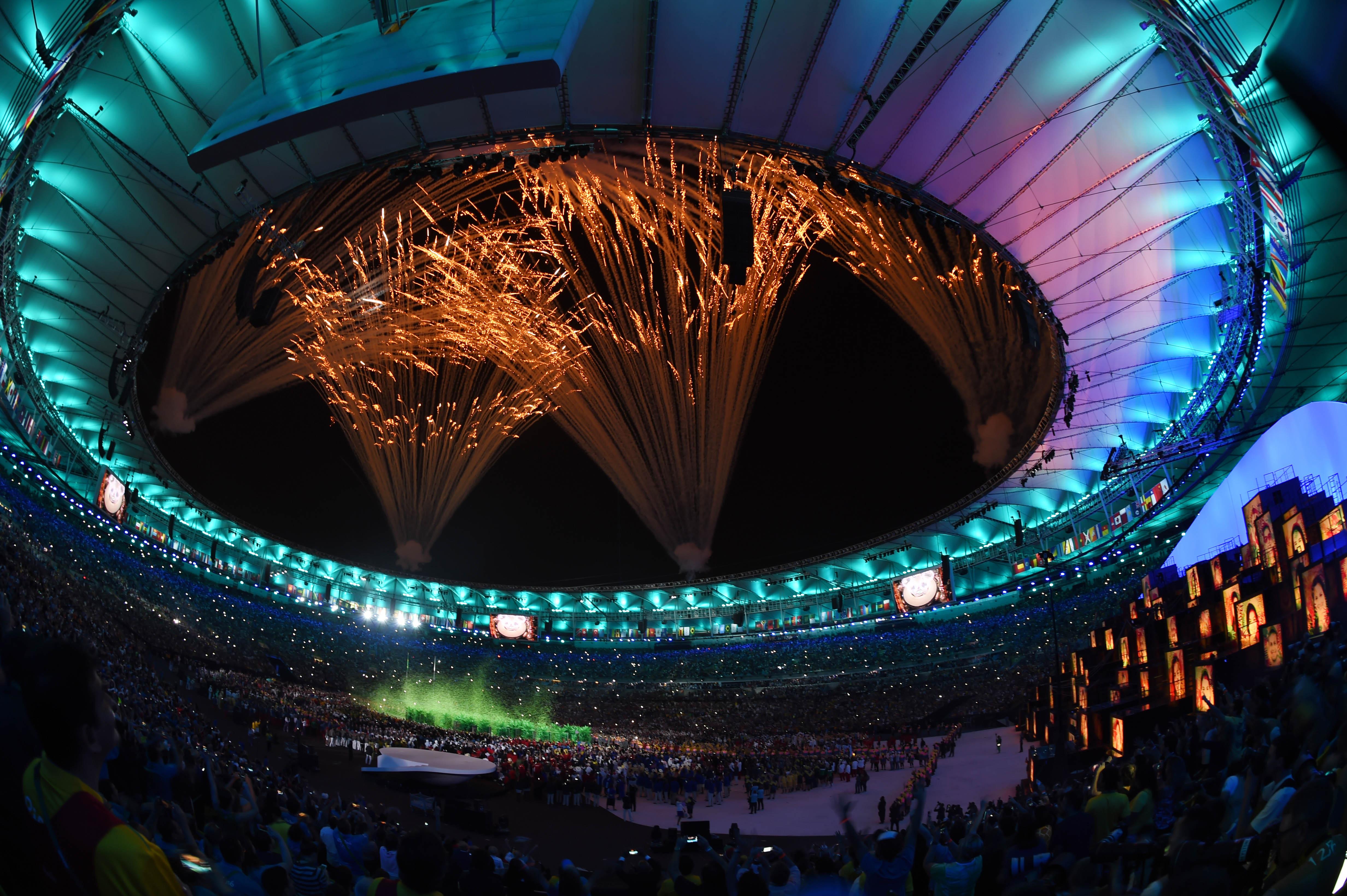 盛会当然少不了焰火。这是开幕式的焰火。新华社记者吕小炜摄
