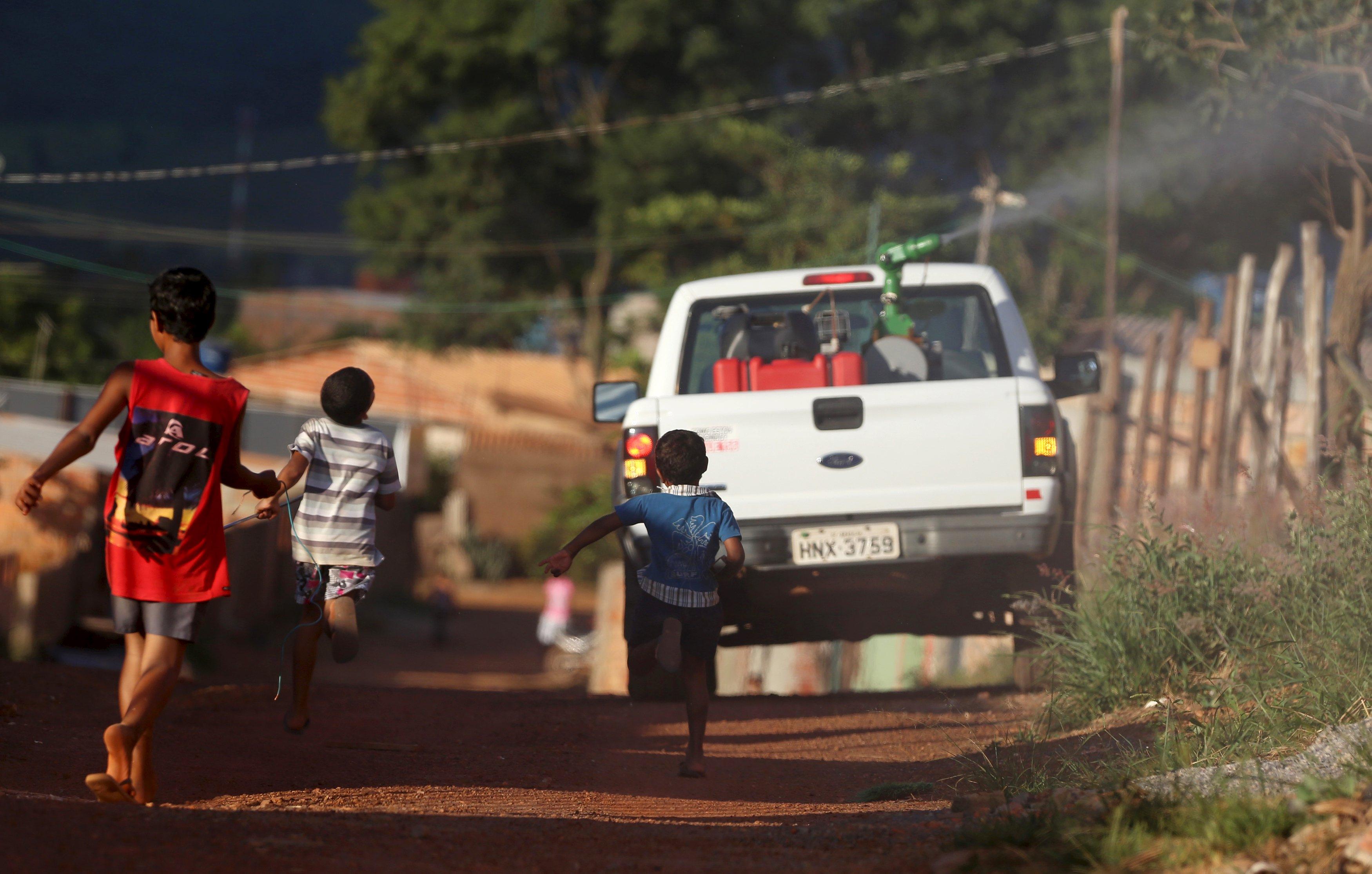 图为巴西喷洒灭蚊药的市政车辆。新华社图片。