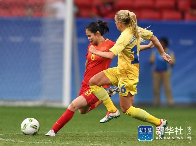 中国队球员谭茹殷(左)和瑞典球员琳达赫尔拼抢。 当日,在2016年里约奥运会女子足球小组赛E组比赛中,中国队对阵瑞典队。 新华社记者殷博古摄