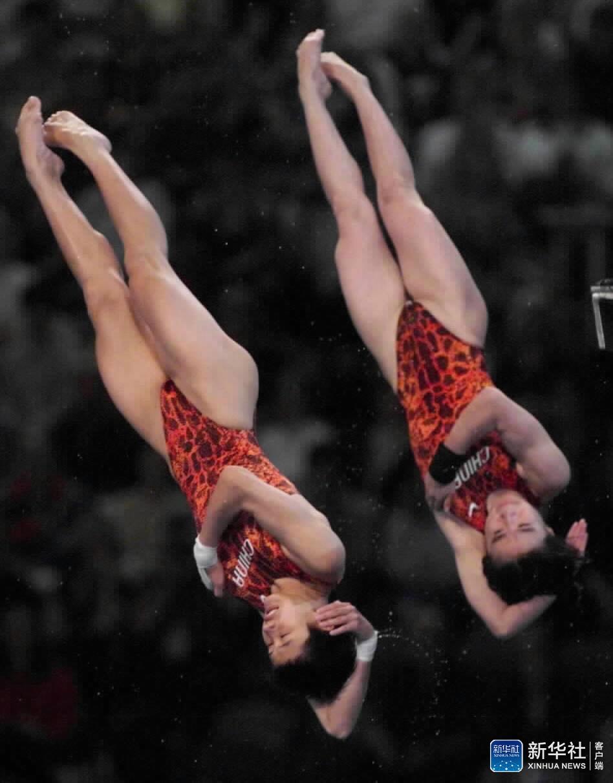 悉尼2000年9月28日,李娜、桑雪夺得悉尼奥运会双人跳台冠军。新华社记者兰红光摄