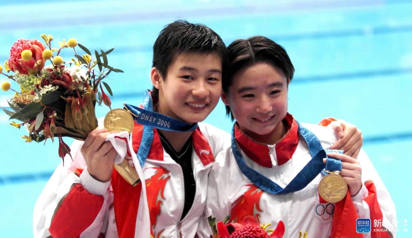 2000年9月28日,桑雪/李娜获第27届悉尼奥运会跳水女子双人10米跳台金牌。图为桑雪(右)、李娜在领奖台上。新华社发