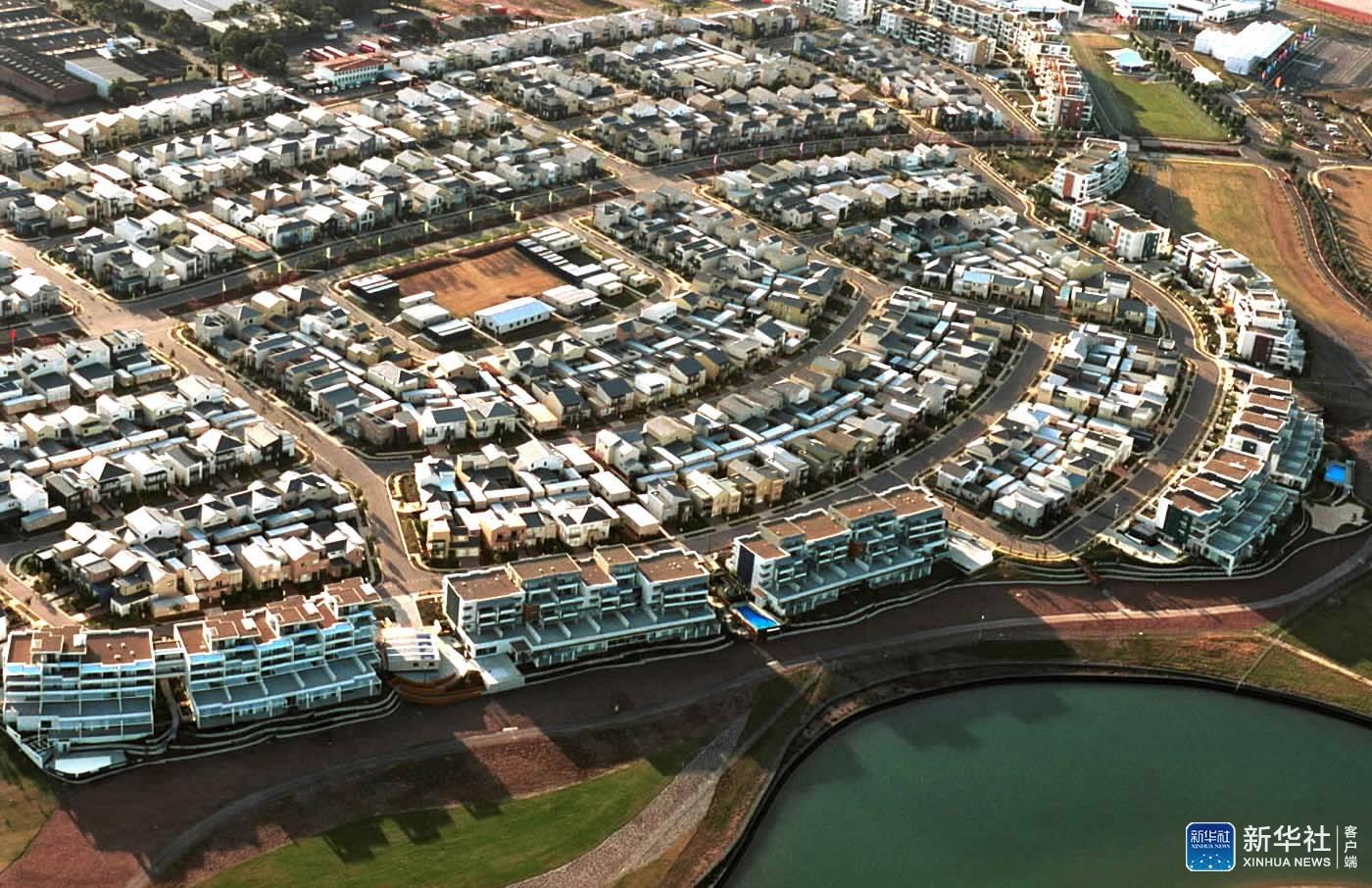2000年9月12日 ,俯瞰悉尼奥运村,奥运村占地94公顷,可接待10800名运动员和这是奥运村北端建筑群。 新华社记者戚恒摄