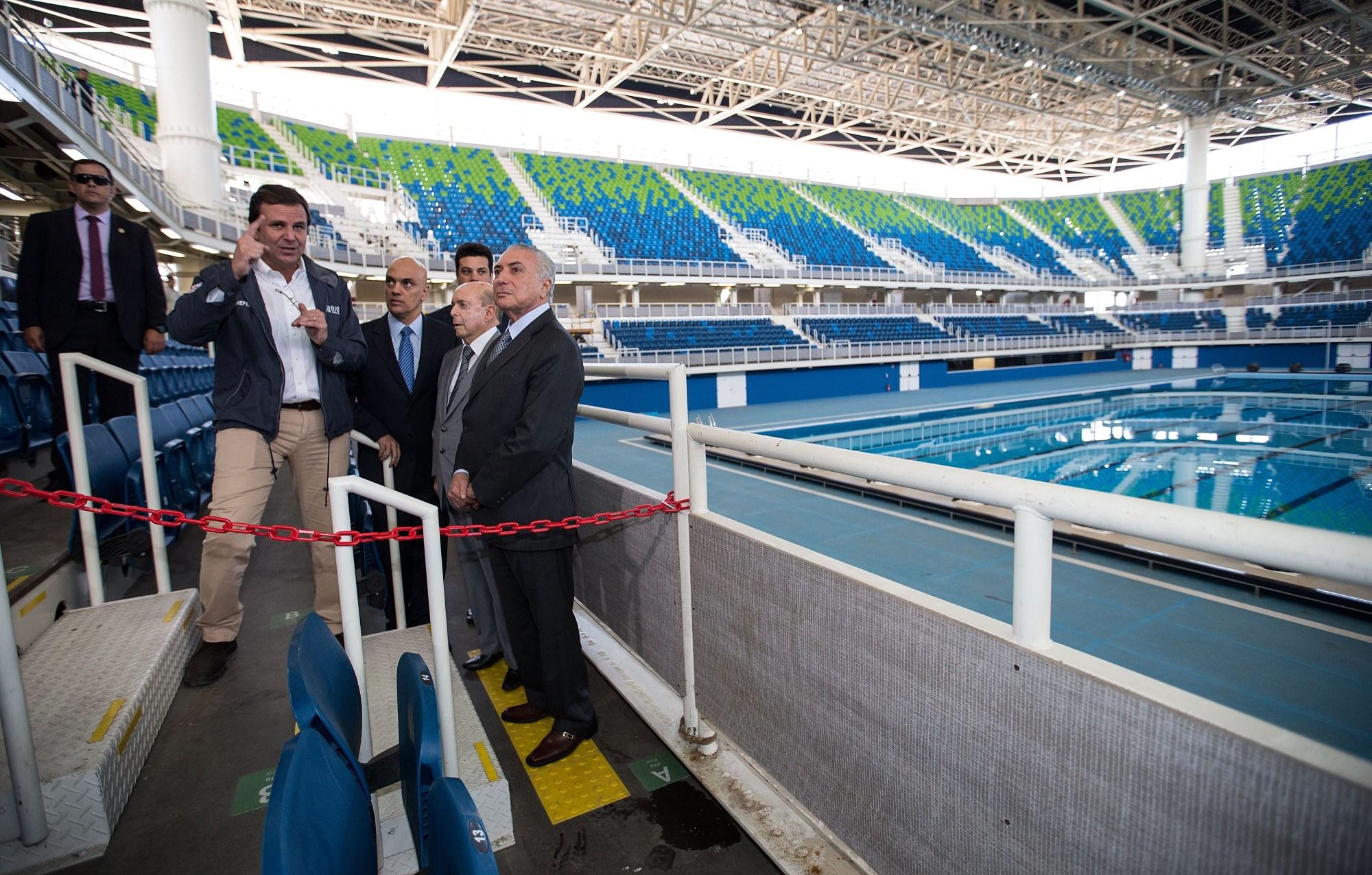 巴西代总统特梅尔(右前)在里约奥运会游泳馆内视察。新华社记者李明摄(6月14日)。