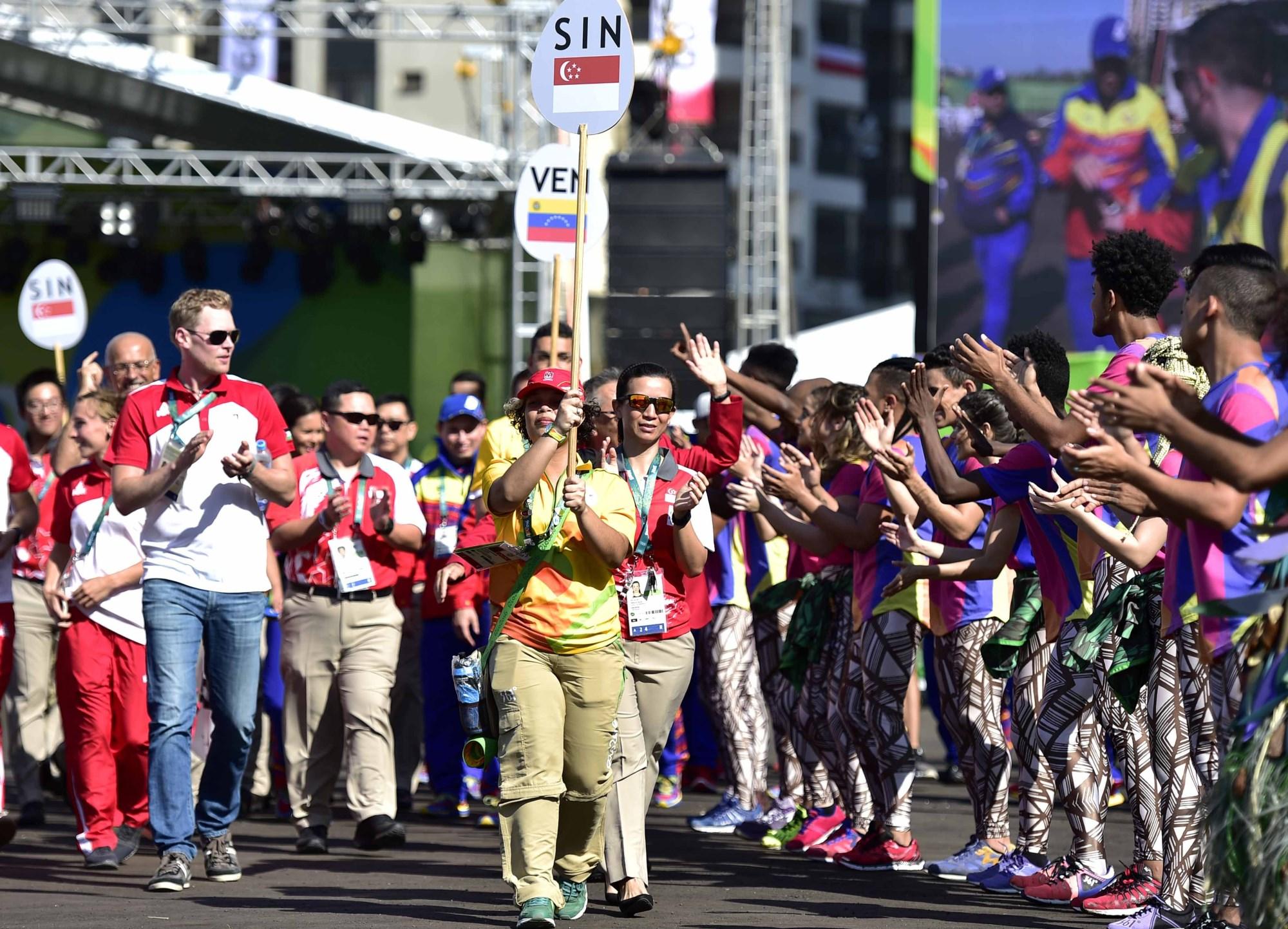 8月2日,舞蹈演员表演巴西特色舞蹈欢送参加升旗仪式的各代表团。新华社图片。