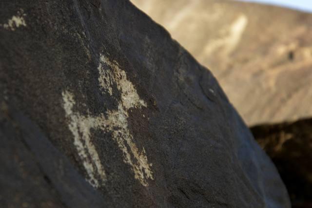 8月4日在内蒙古乌拉特中旗境内拍摄的动物图案岩画。 近日,在内蒙古西部的巴彦淖尔市乌拉特中旗境内,新发现遗存的大量阴山岩画。据乌拉特中旗文物管理所所长刘斌介绍,此次发现的阴山岩画达千幅以上,岩画群位于当地阿其山勃日和山段的几处山峰上,绵延2公里,内容以动物为主,也有狩猎的画面。