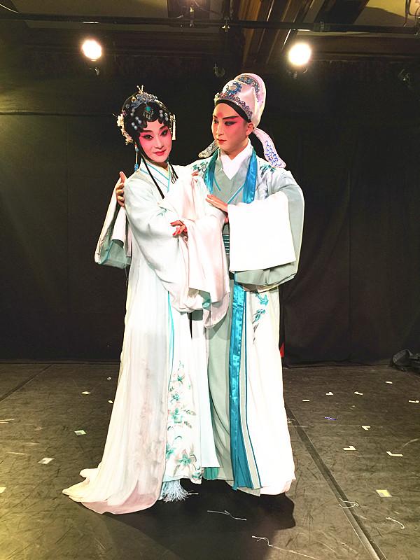 2016年8月9日,演员王福文(右)和刘婕(左)在昆曲版《罗密欧与朱丽叶》中的分别扮演罗密欧与朱丽叶。(新华社记者吴丛司摄)