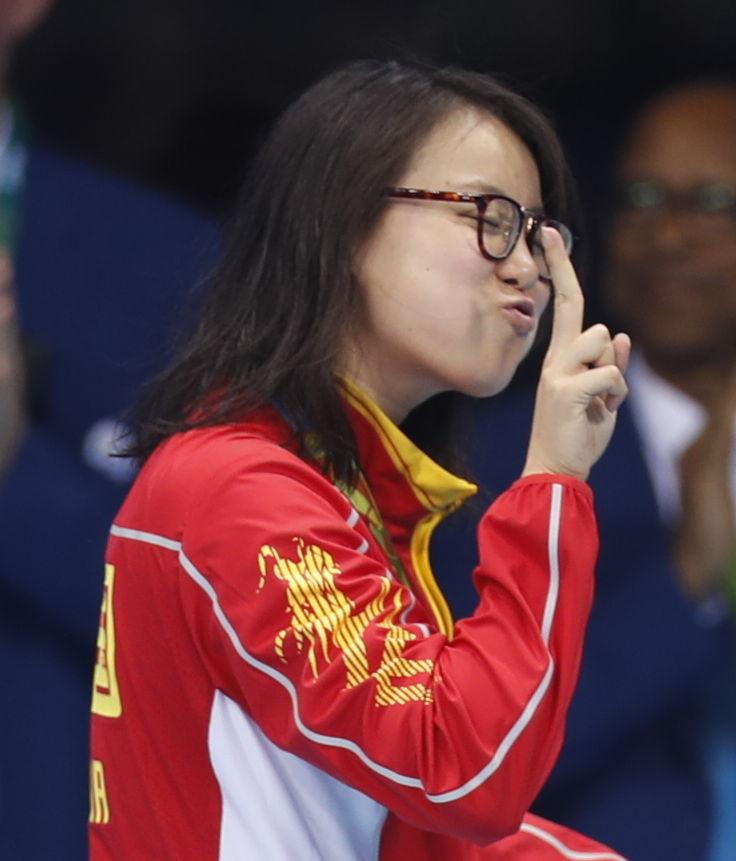 傅园慧在女子100米仰泳决赛颁奖仪式后中。新华社记者费茂华摄