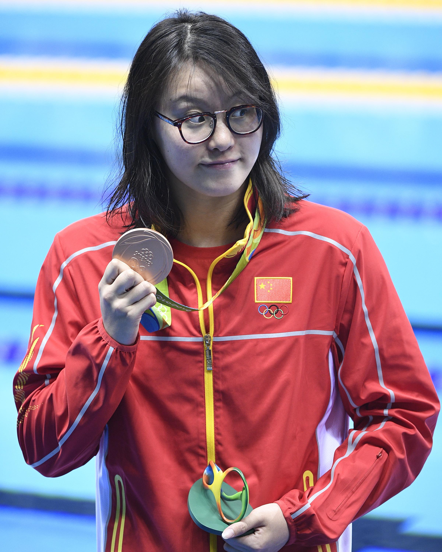 傅园慧在颁奖仪式后展示奖牌。新华社记者王鹏摄