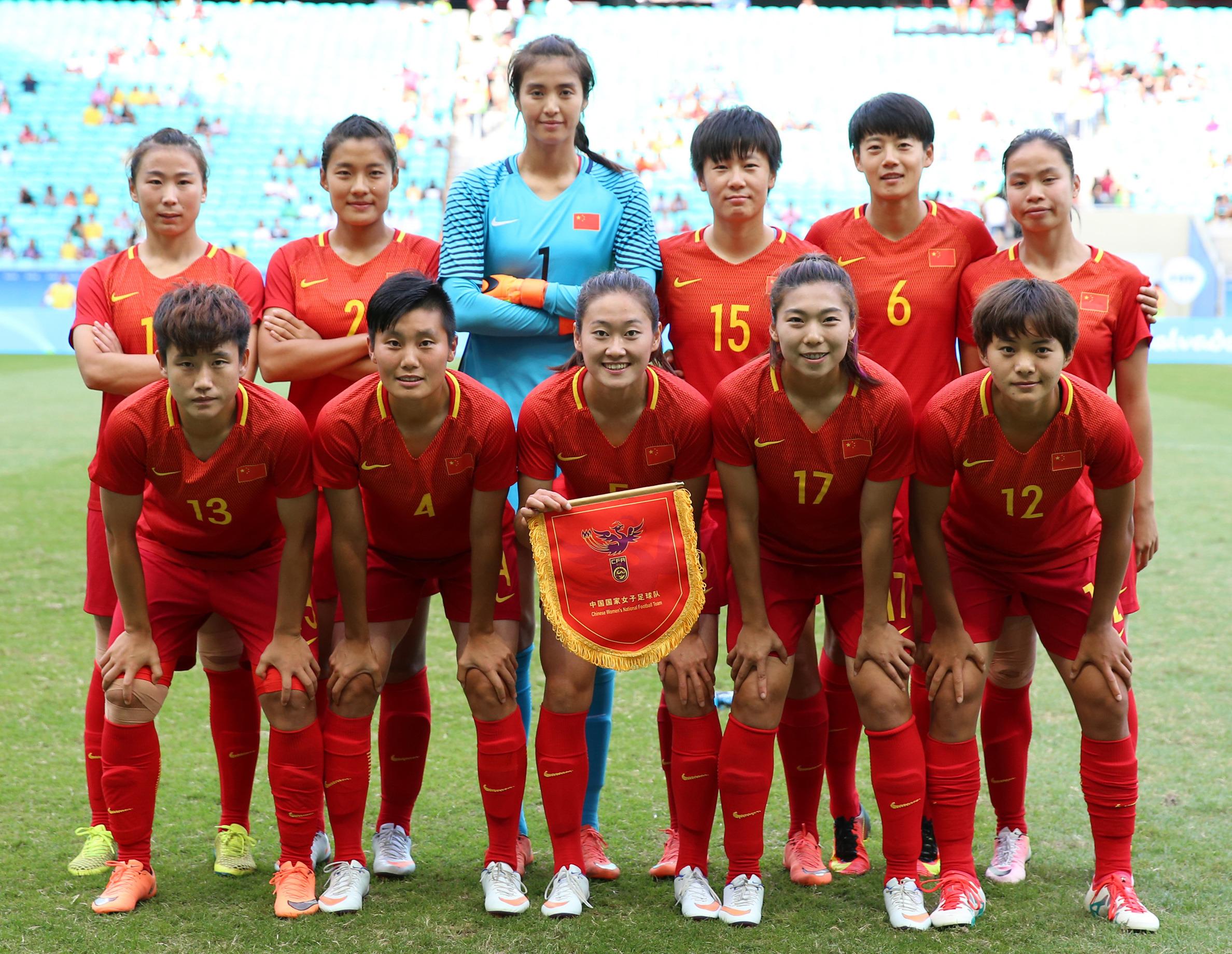 中国女足队首发球员在比赛前合影。新华社记者徐子鉴摄