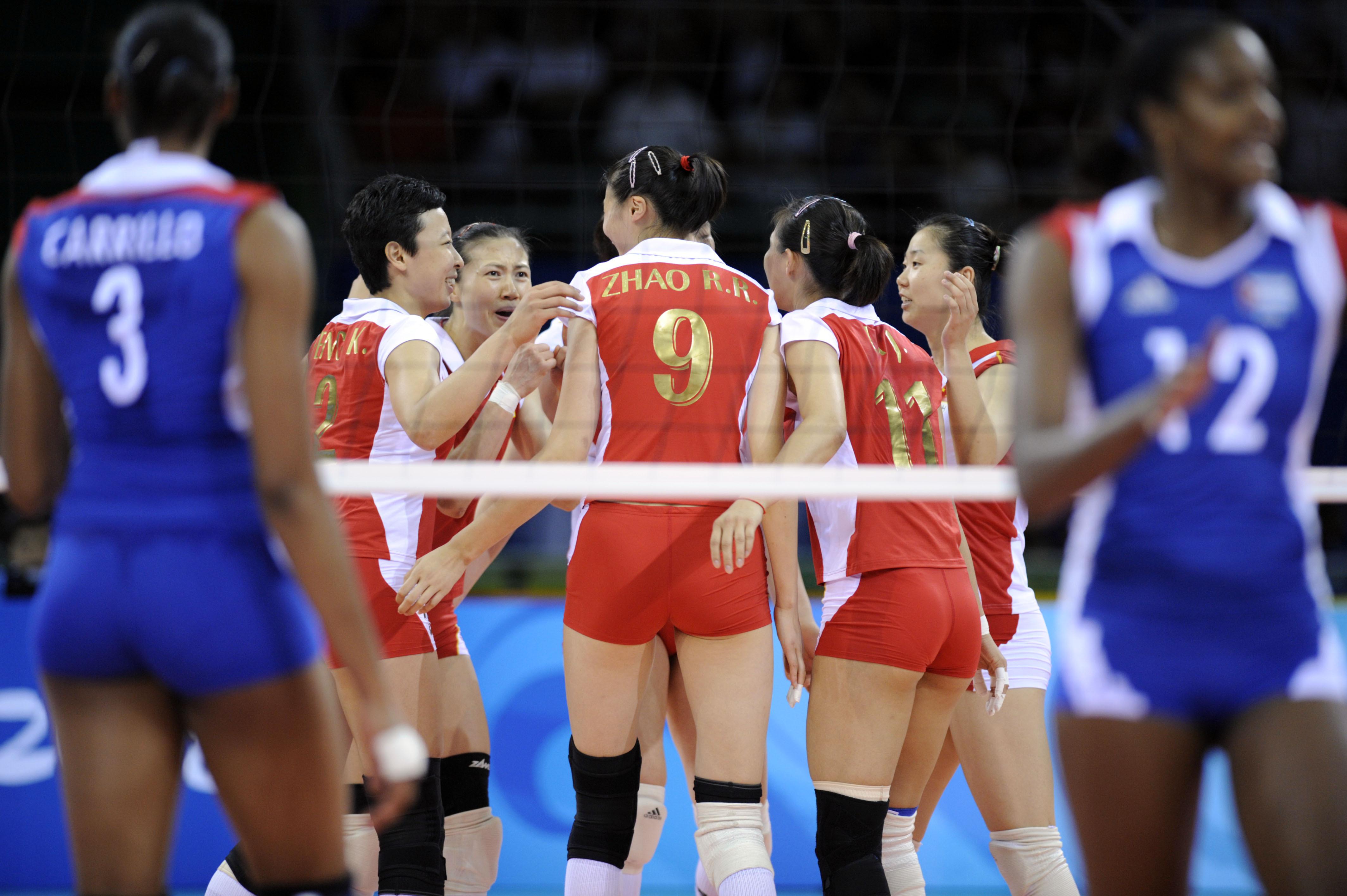 中国队获得铜牌 2008年8月23日,中国队球员(中)庆祝得分。当日,在北京奥运会女排铜牌争夺战中,中国队以3比1战胜古巴队,获得铜牌。 新华社记者王建华摄
