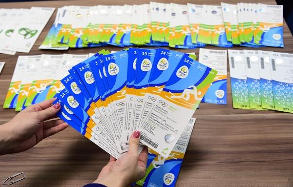 8月18日,巴西警方展示的有爱尔兰奥委会名字的奥运会门票。(新华/法新)