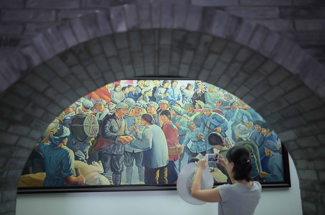 ↑游客在位于四川省凉山彝族自治州冕宁县的彝海结盟纪念馆内参观(8月16日摄)。 在中国人民革命军事博物馆,珍藏着一面彝民红军沽鸡(果基)支队的队旗。它见证了一段彝海结盟的珍贵历史,记录了红军和彝族人民的深厚情谊。这是中国共产党和红军民族政策的伟大胜利。 新华社记者 薛玉斌 摄