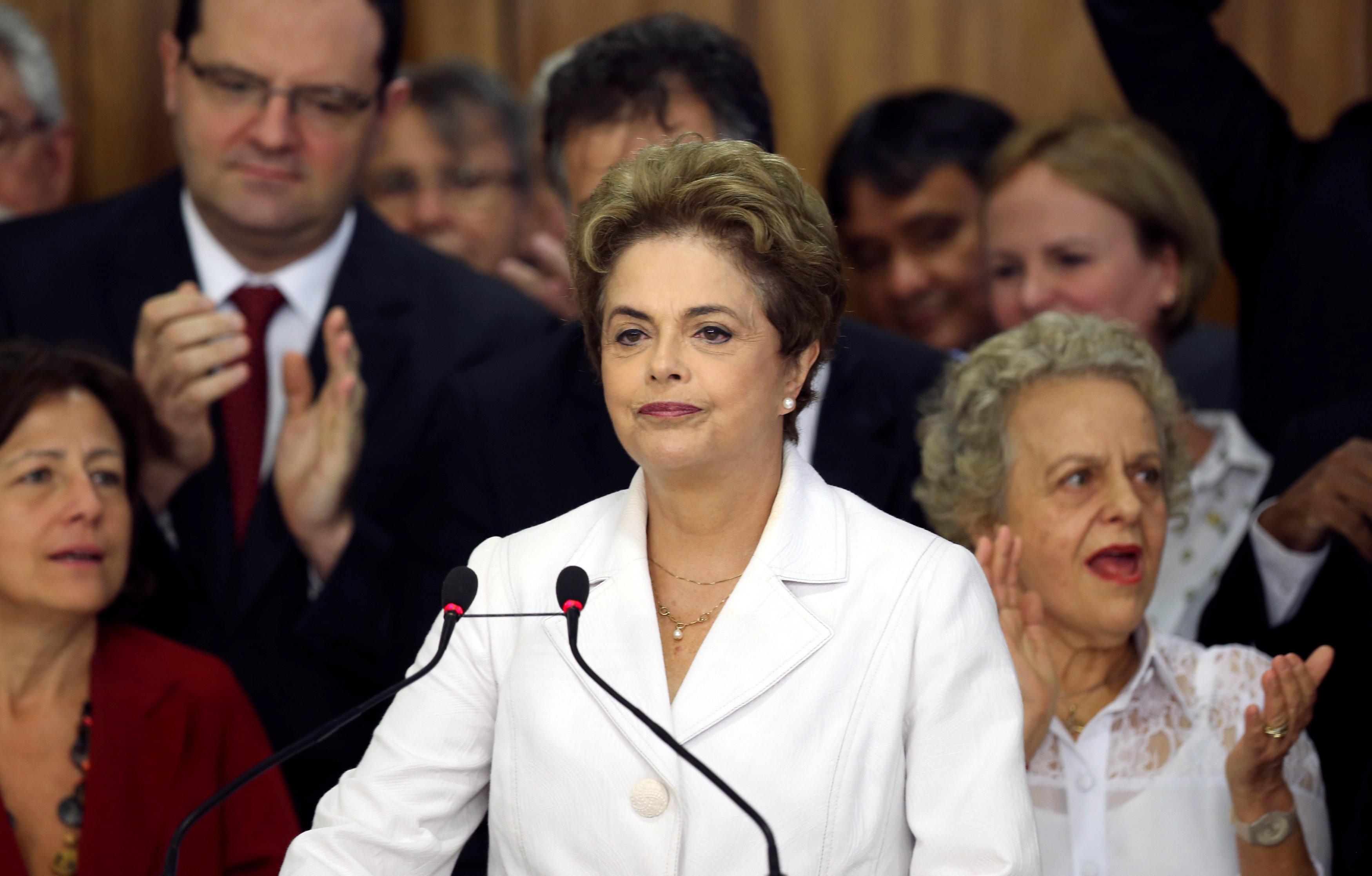 """5月12日,在巴西巴西利亚,巴西总统罗塞夫对民众讲话,表示将为自己的总统任期""""斗争到底""""。 (图片来源:新华社/路透)"""