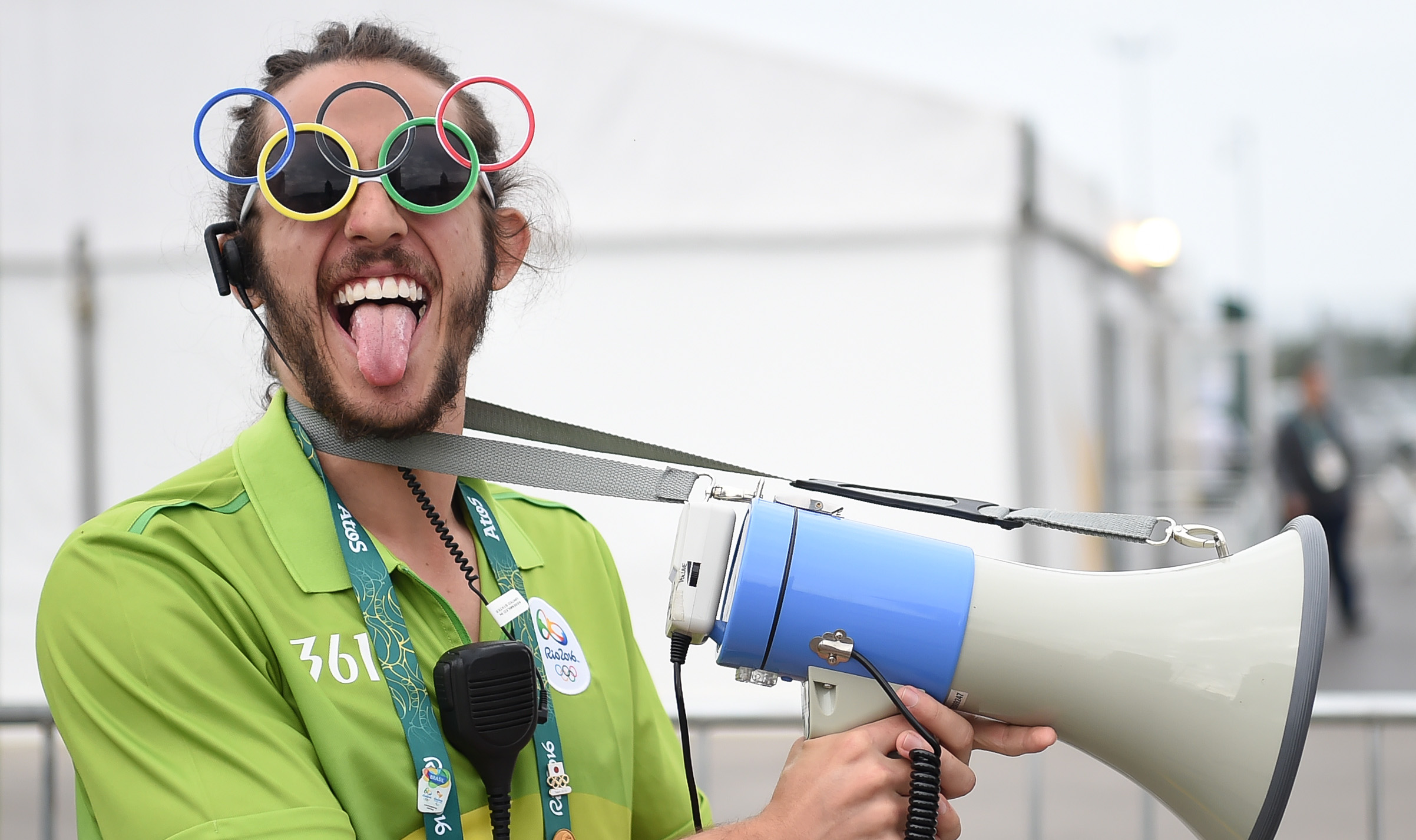 一名身着361度服装的工作人员引导媒体人员进入里约奥运会主新闻中心 新华社记者王昊飞摄