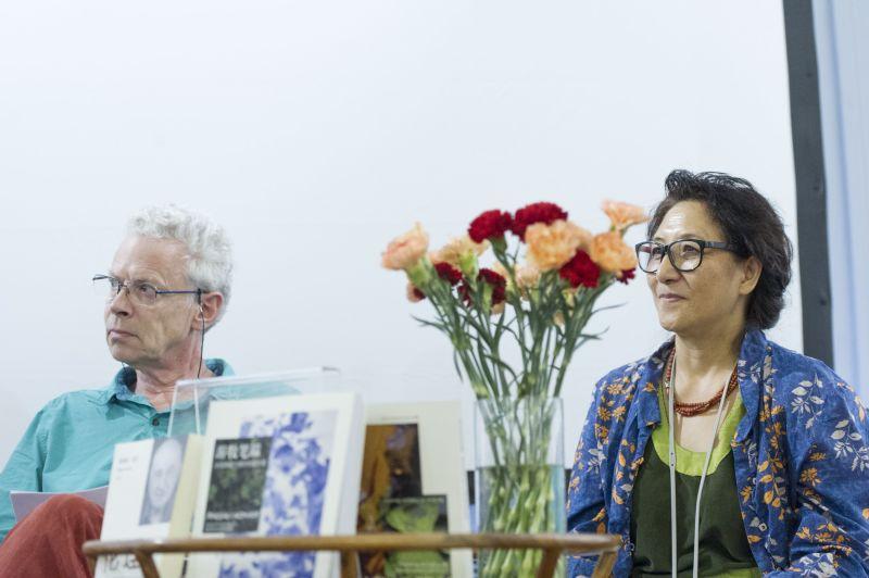 方索与妻子于硕在新书发布会上。