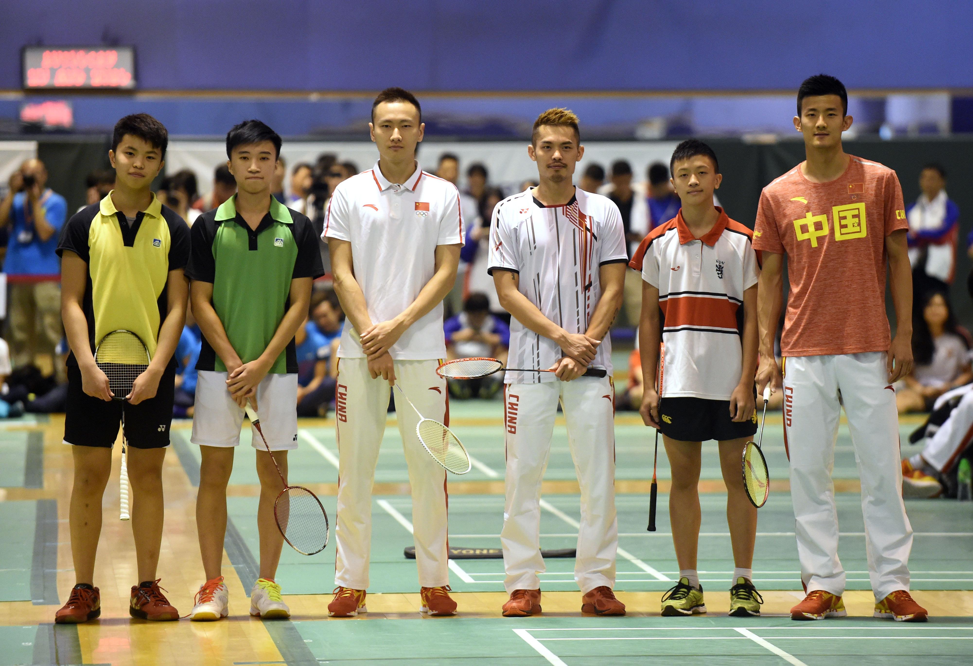 (,羽毛球运动员谌龙(右一)、林丹(右三)、张楠(左三)与学生比赛后合影。 新华社记者卢炳辉摄)