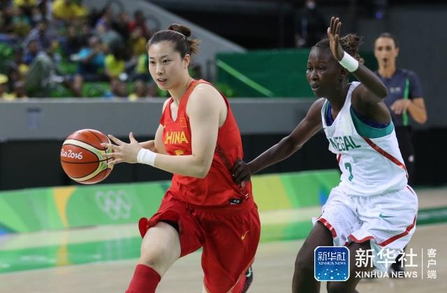 中国队球员陈晓佳(左)在比赛中进攻。 当日,在2016年里约奥运会女篮小组赛B组比赛中,中国队以101比64战胜塞内加尔队。 新华社记者徐子鉴摄