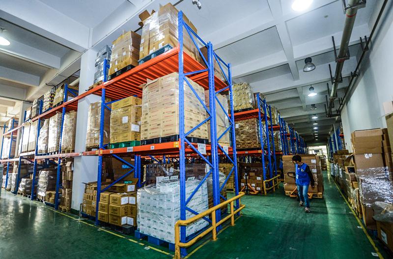 2015年11月10日,工作人员将到货的进口商品分类整理。 在杭州跨境电子商务产业园的仓库里,所有空地和货架上都已经整整齐齐地堆放了商品,来自美国、日本、澳大利亚、韩国、德国等地的奶粉、尿不湿、保健品、化妆品等保税进口商品正源源不断地运至园区内,由工人卸货至仓库暂存。新华社记者 徐昱 摄
