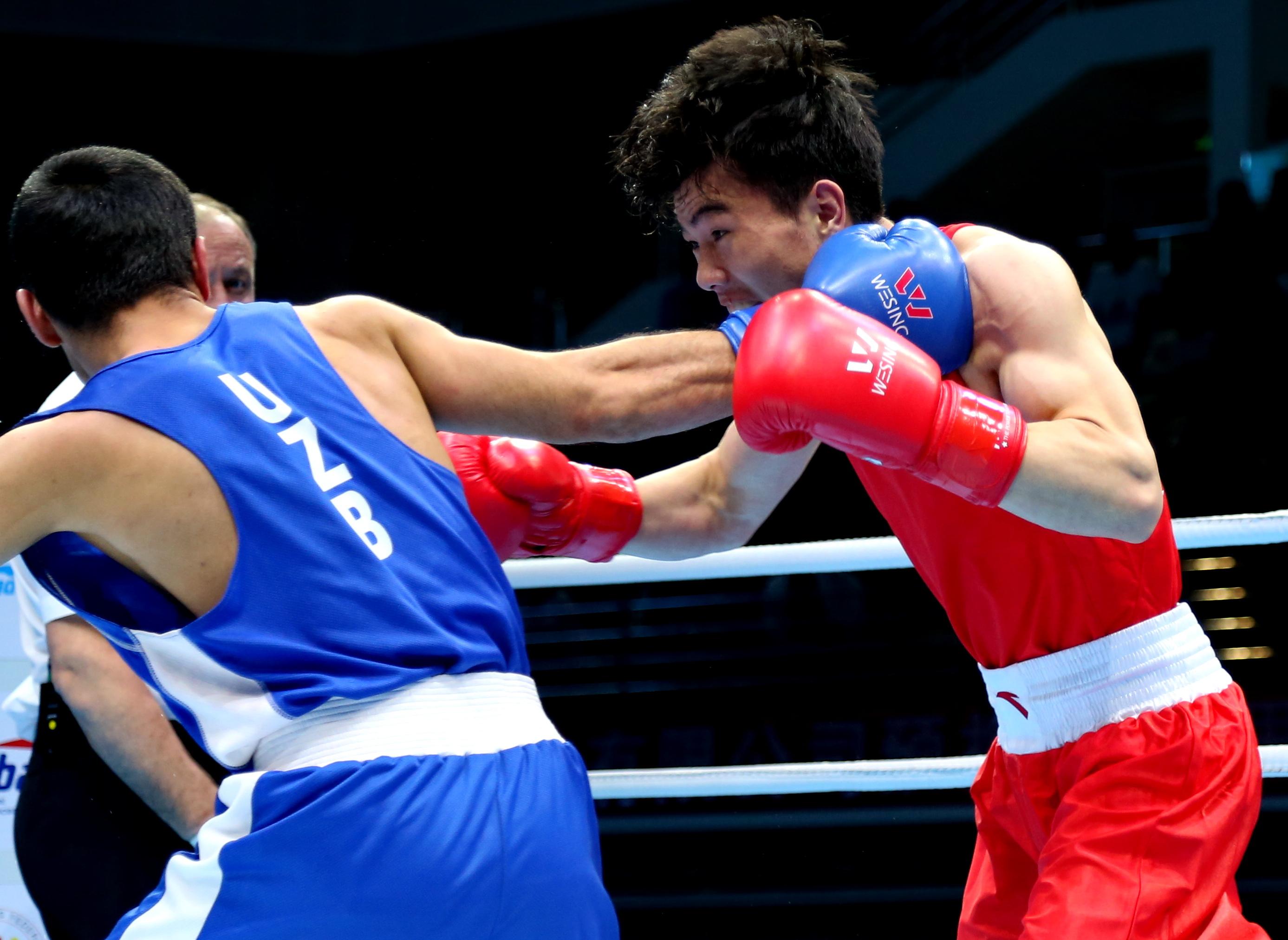 中国选手胡建关(右)与乌兹别克斯坦选手佐里洛夫在比赛中。新华社记者杨世尧摄