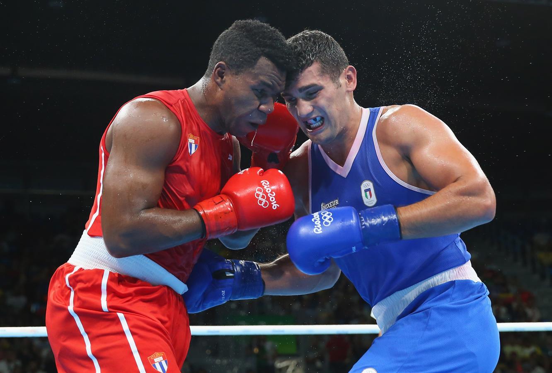 古巴选手(左)在比赛中。