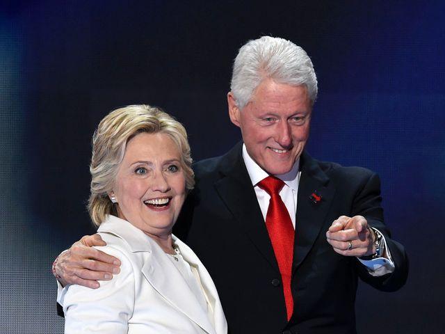 资料:美国前总统克林顿与夫人希拉里相拥走上舞台。
