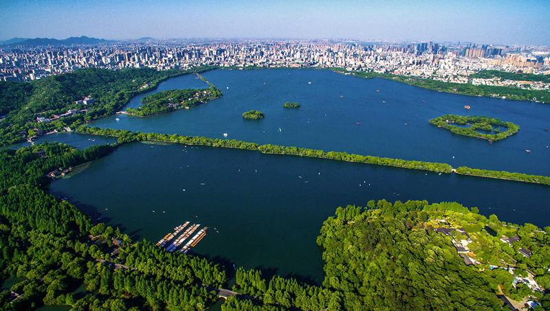 空中俯瞰美丽的杭州西湖全景(2015年5月12日摄)。新华社记者 徐昱 摄
