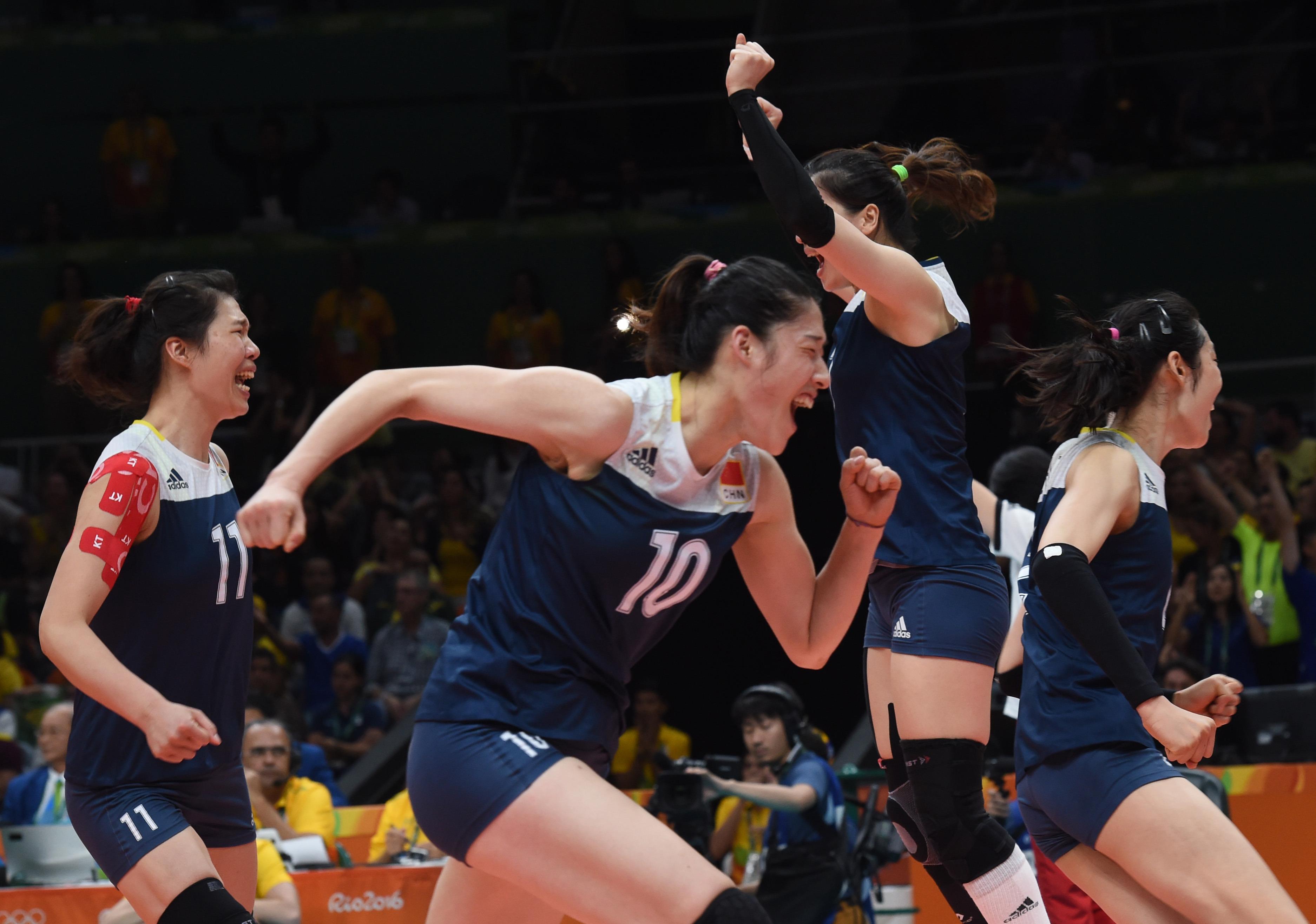 中国队球员在赛后庆祝胜利。 当日,在2016年里约奥运会女子排球四分之一决赛中,中国队以3比2战胜巴西队,晋级四强。 新华社记者岳月伟摄