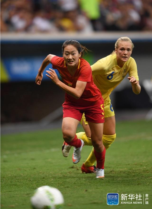 中国队球员吴海燕(左)和瑞典球员埃里克松拼抢。 当日,在2016年里约奥运会女子足球小组赛E组比赛中,中国队对阵瑞典队。 新华社记者殷博古摄