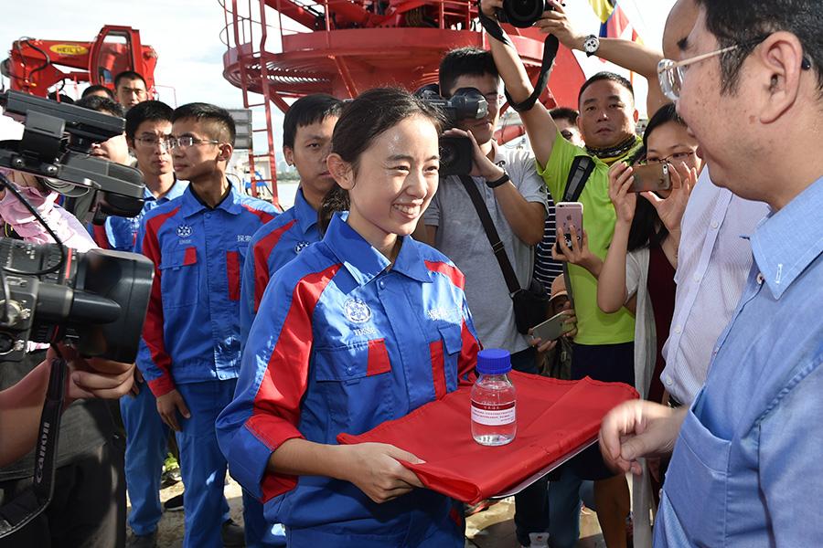 8月12日,科研人员展示从万米深渊获得的海水样品。新华社吴凯翔摄