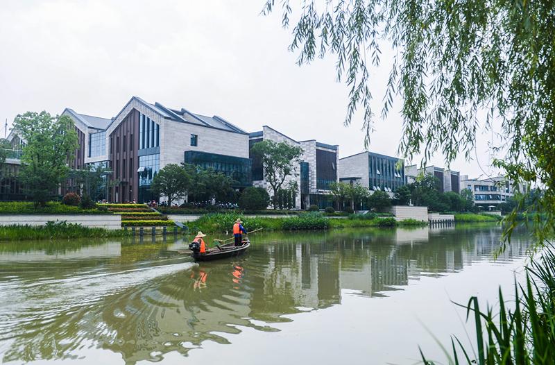 2016年6月17日, 工作人员在梦想小镇边的闲林港河港进行日常的水面清理维护。 梦想小镇是浙江省首批特色小镇,位于杭州未来科技城,规划面积3平方公里,是浙江省、杭州市、余杭区三级重点培育的创新创业综合服务平台,致力于打造众创空间的新样板、特色小镇的新范式和信息经济的新增长点,成为世界级的互联网创业高地。新华社记者 徐昱 摄