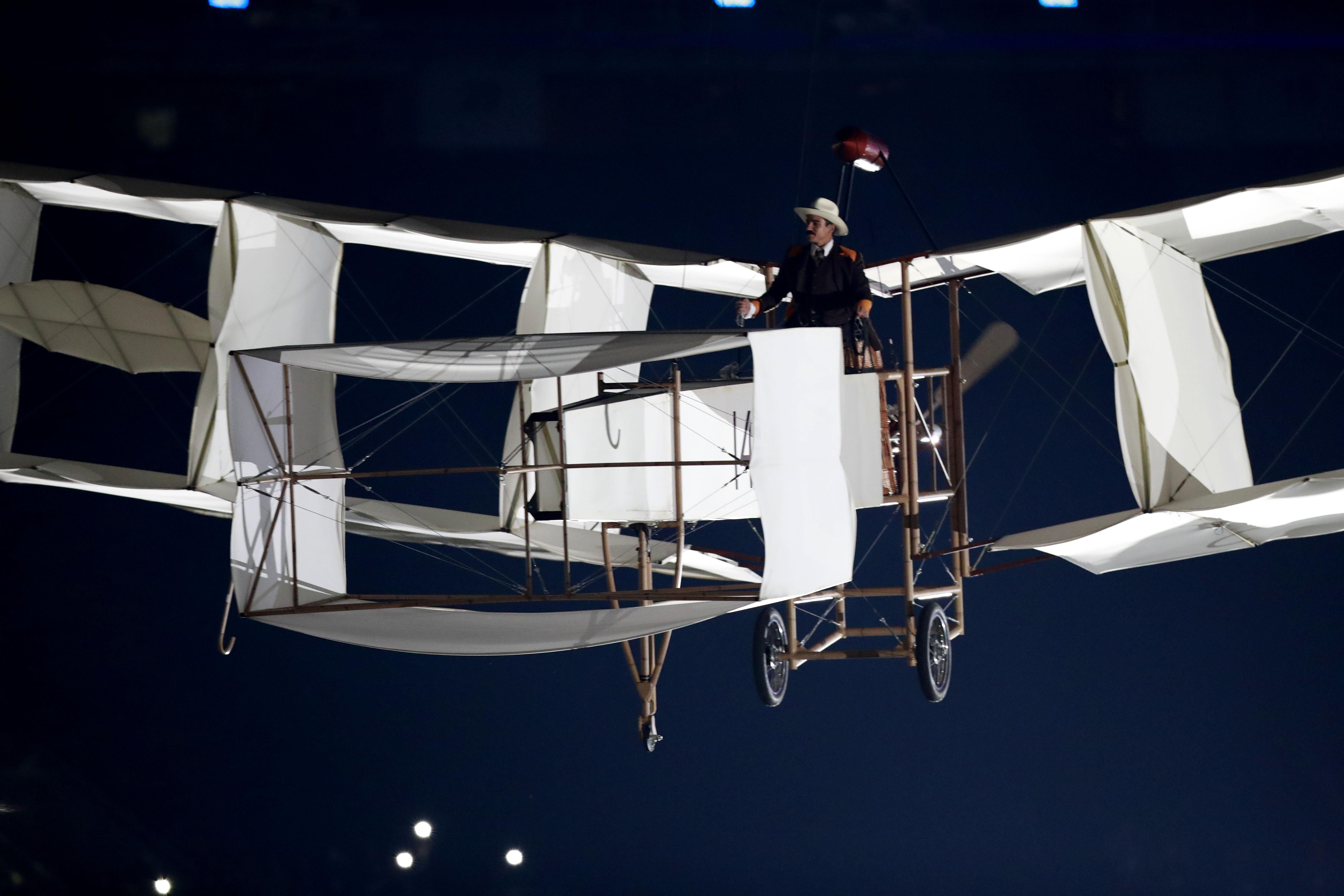 8月5日,巴西人设计的早期飞行器14BIS的模型在舞台中央升起。新华社记者任正来摄。
