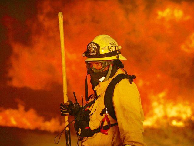 消防员准备战斗。(图片来源:新华/美联)