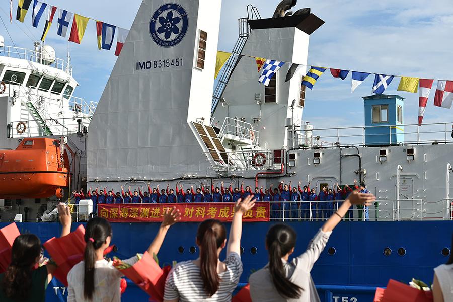 """8月12日,我国第一艘4500米载人潜水器及万米深潜作业的工作母船""""探索一号""""科考船结束首次航行,停靠在南海救助局三亚基地救助码头。新华社吴凯翔摄"""