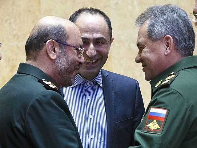 资料:2月16日,俄罗斯国防部长绍伊古(右)在莫斯科与到访的伊朗国防部长