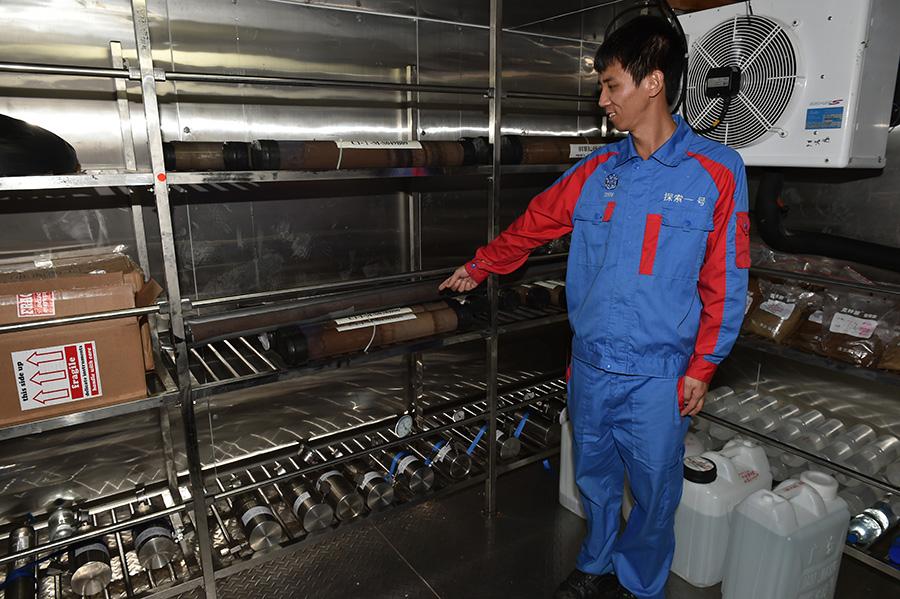 8月12日,科研人员展示从万米深渊获得的探测样品。新华社吴凯翔摄