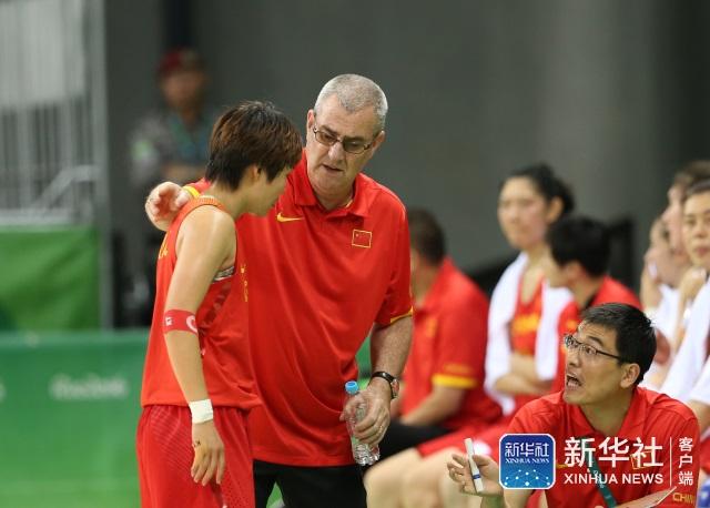 中国队主教练马赫(左二)在场边指导球员赵志芳(左)。 当日,在2016年里约奥运会女篮小组赛B组比赛中,中国队以101比64战胜塞内加尔队。 新华社记者徐子鉴摄